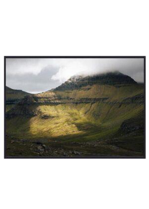 Foto af stort fjeld på Færøerne
